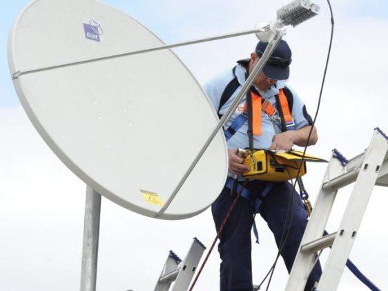 Hombre haciendo instalación de antena DIRECTV