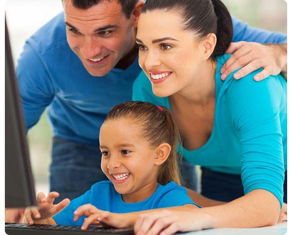 Madre, padre e hijo buscando el mejor plan que puedan contratar